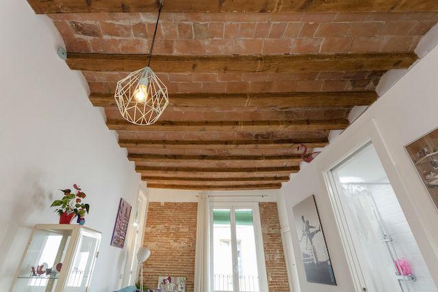 salón con bóveda y vigas de madera originales