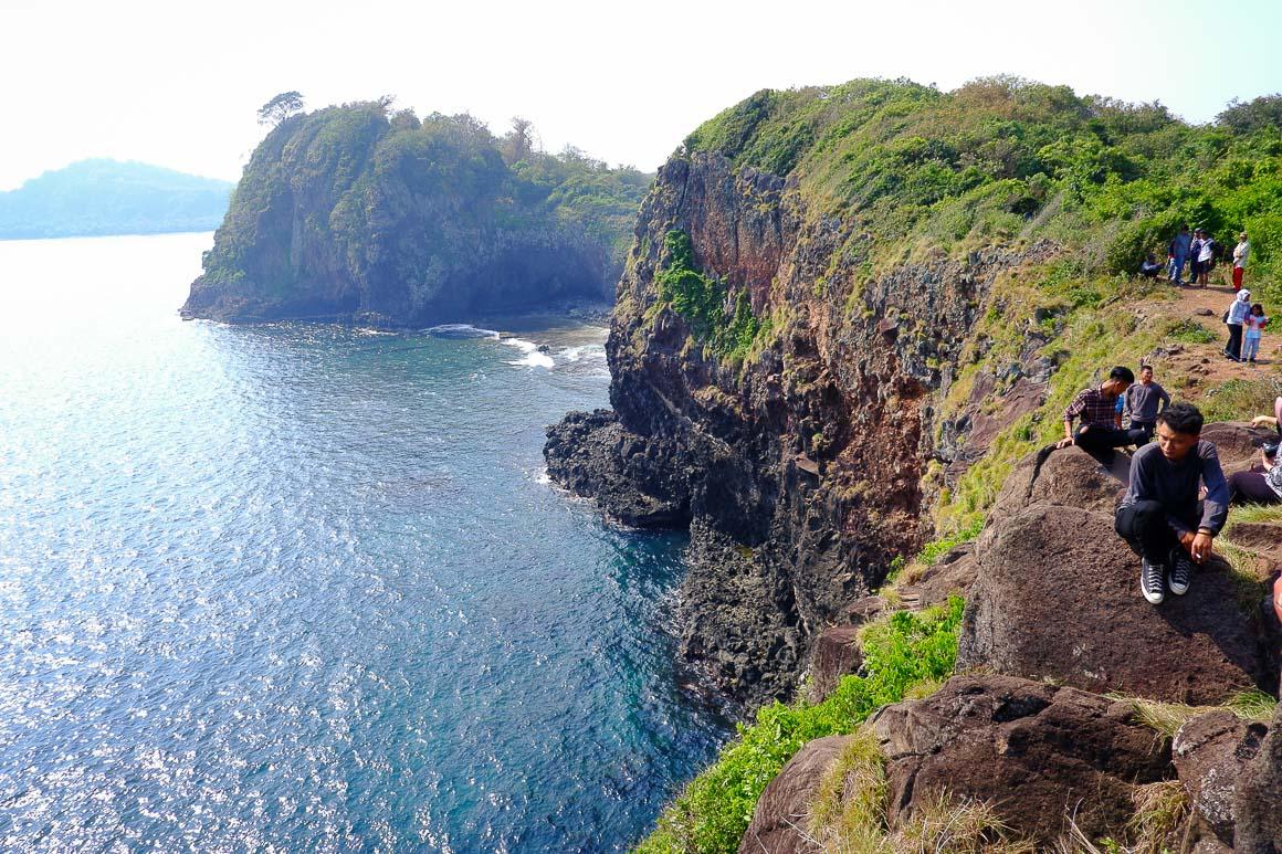 Puncak perbukitan di Pulau Sangiang. Cakep banget, kan?