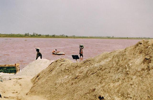 Extractores de sal en el Lago Rosa (2003)