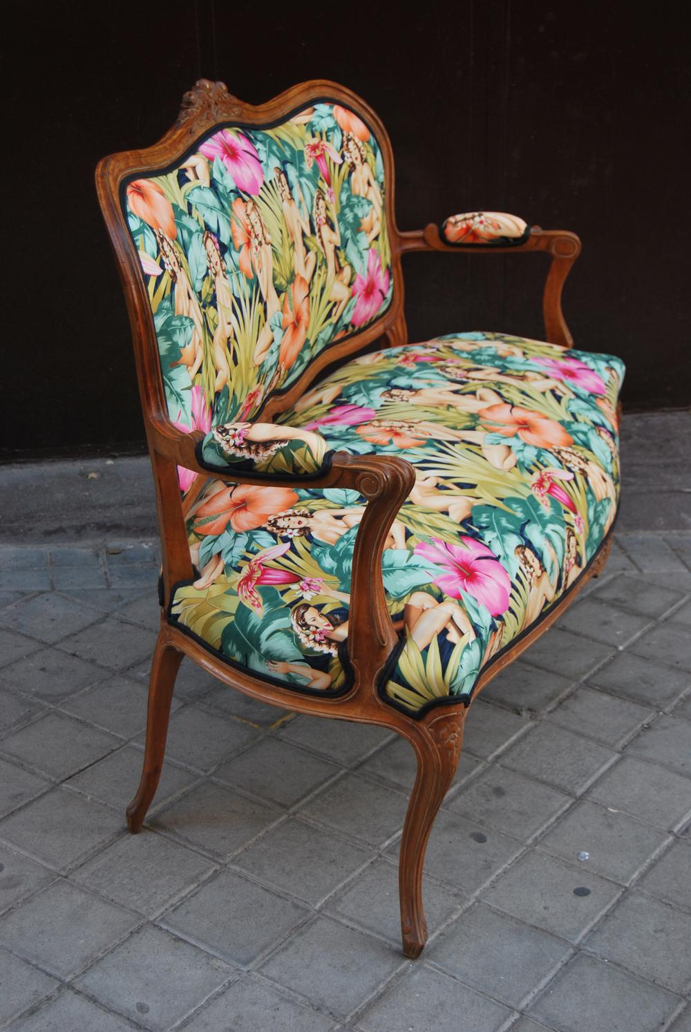 Sofa Luis XV tapizado con tela de Pinups  La Tapicera