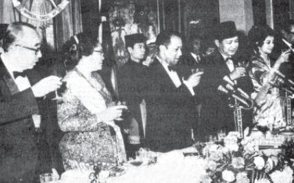 Kunjungan Presiden Soeharto ke Malaysia pada tahun 1970. Pemerintah Orde Baru memulihkan hubungan diplomatik dengan Malaysia.