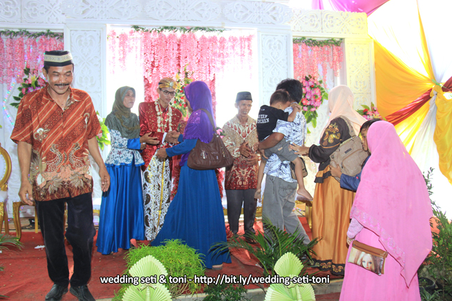 Pose Pelaminan pada Wedding SETI & TONI dalam balutan tata rias PAES & busana PAES KAPANGERANAN - Scene 03 | Klikmg Fotografer Wedding Purwokerto