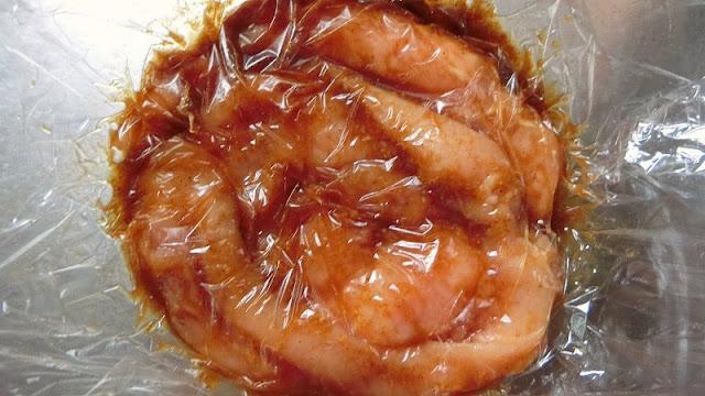 鶏肉の表面はラップで空気が入らないようにしっかり覆います。