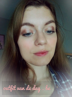 A simple makeup look to wear every day