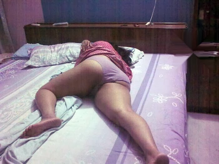 Amusing desi village aunty sleeping hot position