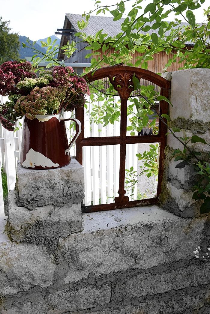 Antikes Eisenfenster für den Garten