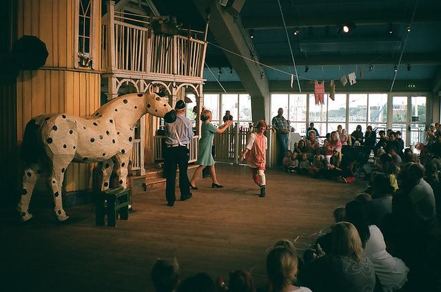 Imagen de Inger Nilsson haciendo teatro al aire libre en el papel de Pippi