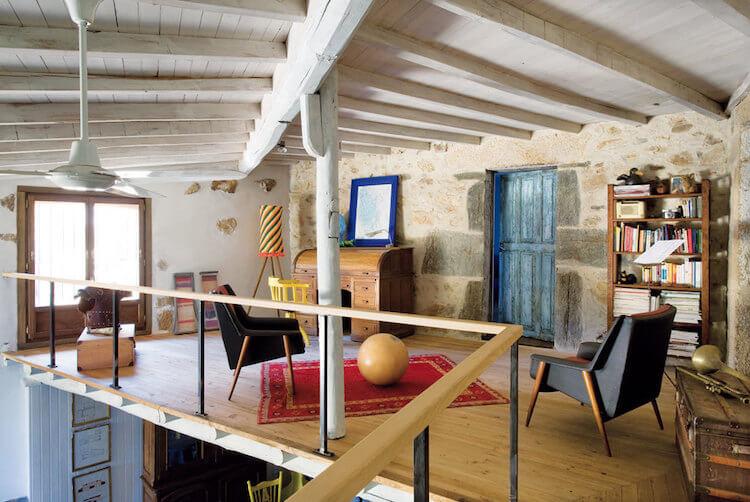 detalle del altillo de casa rústica colorida