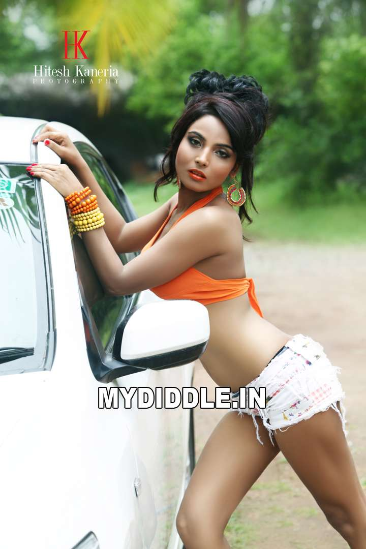 Shilpi shukla's raunchy look in tiny shorts