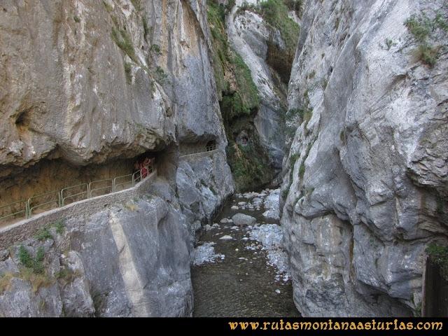 Ruta Cabrones, Torrecerredo, Dobresengos, Caín: Zona de la presa en la ruta del Cares