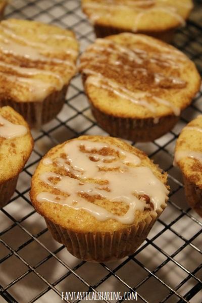 Middle of the Cinnamon Roll Muffins #recipe #breakfast #muffins #cinnamon