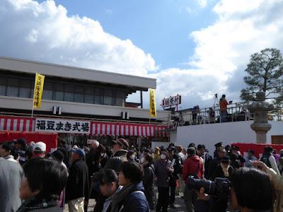 大阪・成田山不動尊の節分祭 福豆まき式場