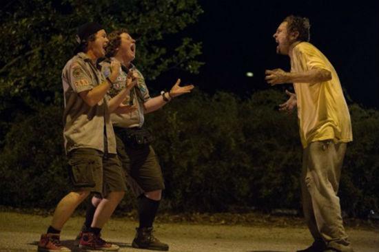meninos cantando com um zumbi