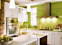 Duvarları yeşil tuğlalarla örülmüş beyaz mobilyalı sevimli bir mutfak
