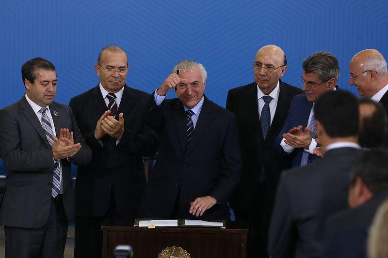 Brasilia - O presidente Michel Temer, junto a ministros e parlamentares, fazem pronunciamento após a sanção da reforma trabalhista (Valter Campanato/Agência Brasil)