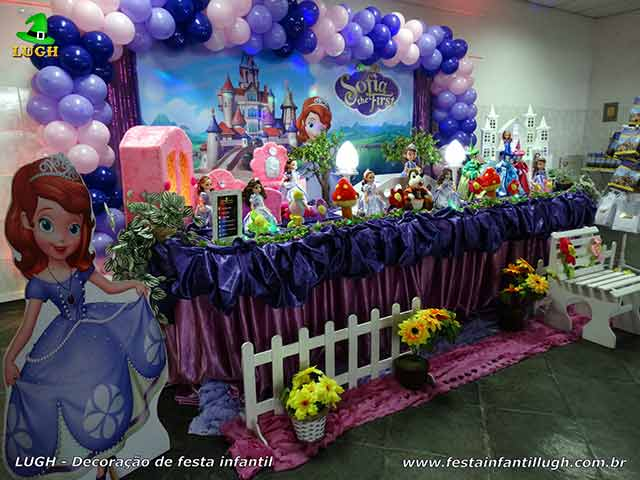 Mesa decorada temática da Princesa Sofia para cantar o parabéns