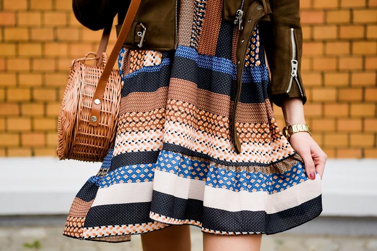 Sukienka we wzory i torebka koszyk