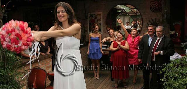 fotos de noiva jogando bouquet
