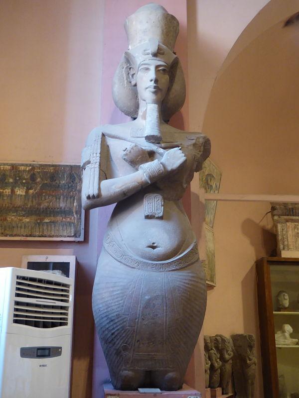 statua del faraone Akhenaton nel museo egizio del cairo
