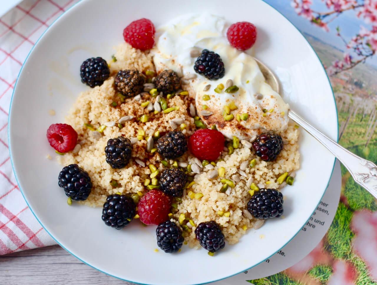 Veganer Frühstücks Couscous mit Beeren und Joghurt