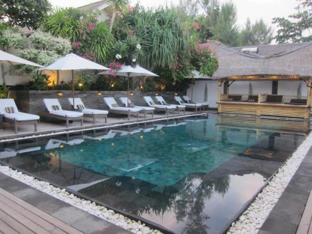 kolam renang hotel scallywags resort gili trawangan Lombok