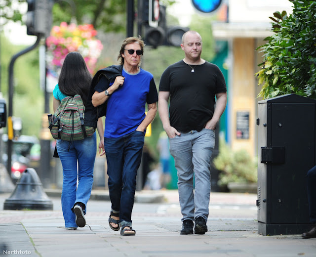The Beatles Polska: James i Paul McCartney na spacerze w Londynie