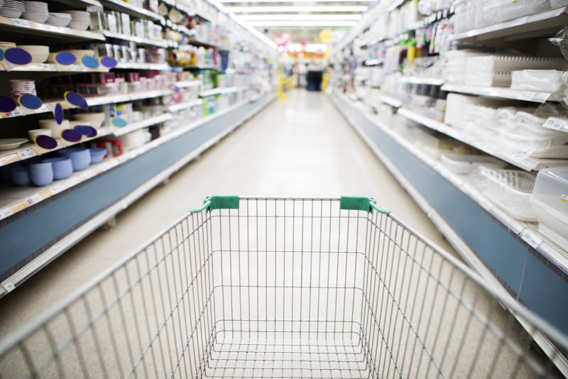 carrinho de compras num corredor de supermercado