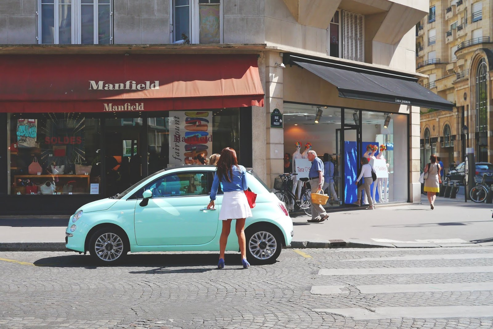 woman with a mint green fiat 500