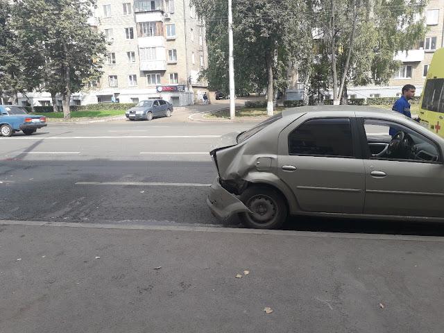 В Уфе припаркованную машину протаранила иномарка
