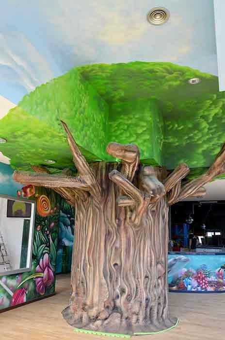 decoración de árbol en parque infantil