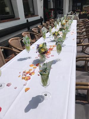 Kaffeetafel Bunte Wiesenblumenhochzeit im Riessersee Hotel Garmisch-Partenkirchen, heiraten in Bayern, zwei Bräute, Regenbogen