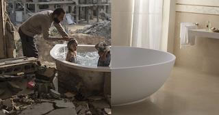 Φωτογραφίες δείχνουν την δραματική αντίθεση ανάμεσα στην κανονική ζωή και τον πόλεμο
