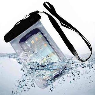 proteção para smartphone na piscina