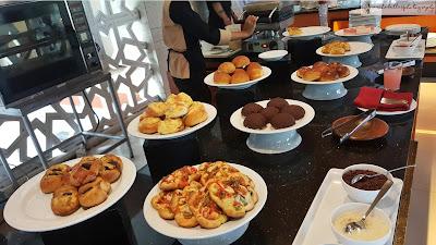 Aneka kue-kue ,baik yang berisi sosis, kismis, atau choco chips tersaji dengan cantik, semuanya enak! (Dok.Pri)