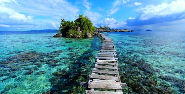 Tomini%2BBay%2Bdi%2BSulawesi%2BUtara Inilah 10 Pantai Paling Indah Di Indonesia Yang Wajib Kamu Kunjungi