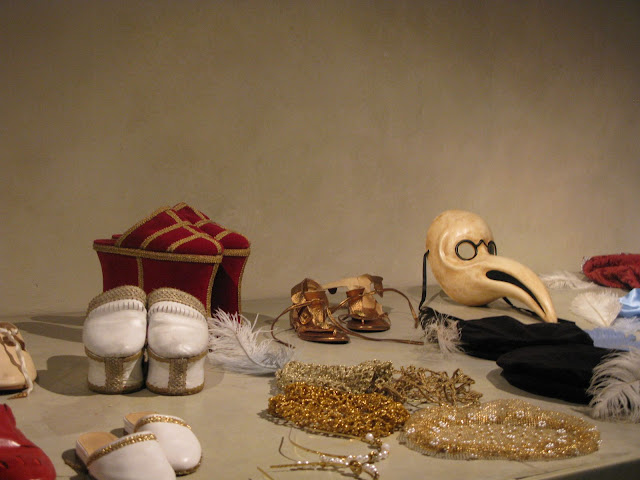 Renaissance clothes, shews and jewelry for dressing up at the Palazzo Vecchio Family Museum