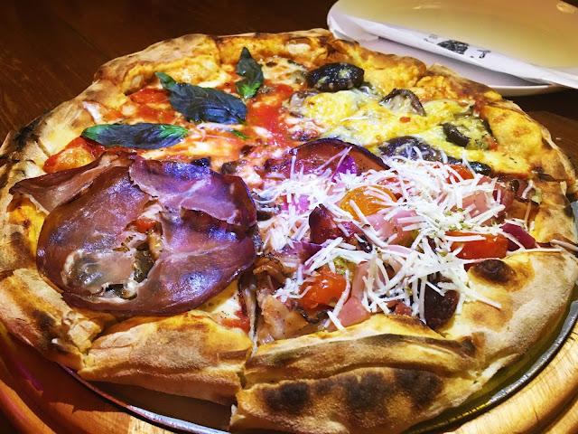 Linda e deliciosa pizza do Birreria Escondido CA, nos sabores Matriciana, Premissa, Marguerita e Funghi