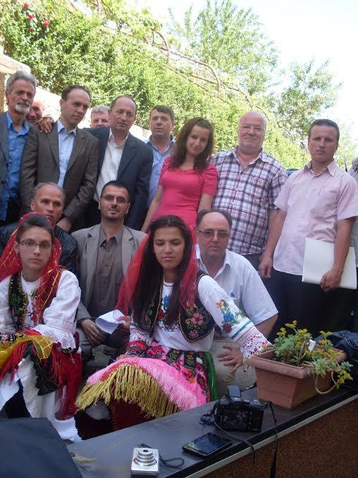 Veneta Çallpani dhe grup me veshje popullore