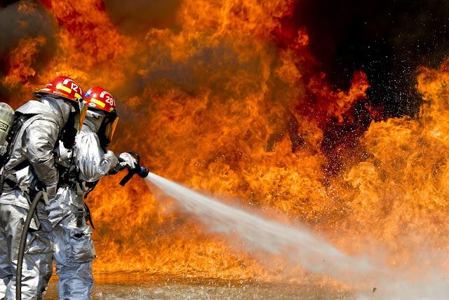 Imagen de bomberos sofocando intensas llamas
