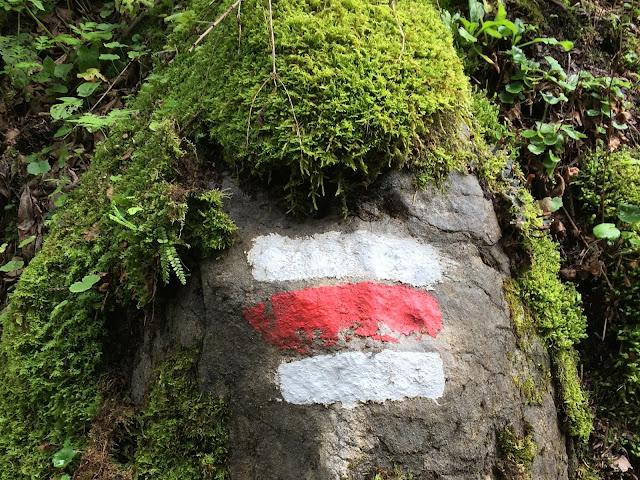 Wanderweg Zeichen auf Stein