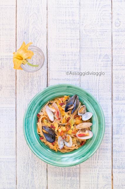 Pasta fiori e frutti di mare