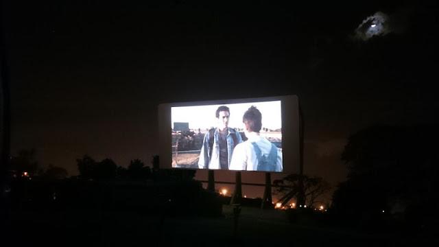 Assistindo ao Último Cine Drive-in no último cine drive-in
