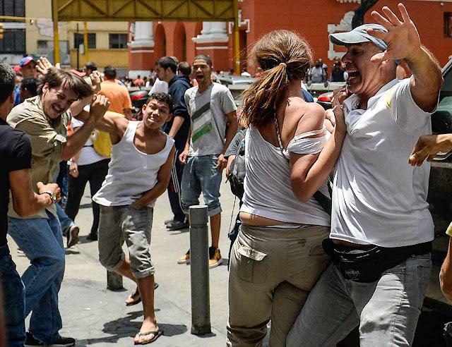 Militantes chavistas atacando opositores em ato eleitoral