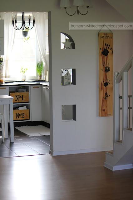 sklejka w kuchni, jak zrobić skrzynki ze sklejki, skrzynki w kuchni, biała kuchnia, czarno biała kuchnia,