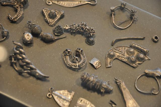 Skarb wczesnośredniowieczny znaleziony we wsi Lisówek - lunula, zapinka, grzywna, zausznica