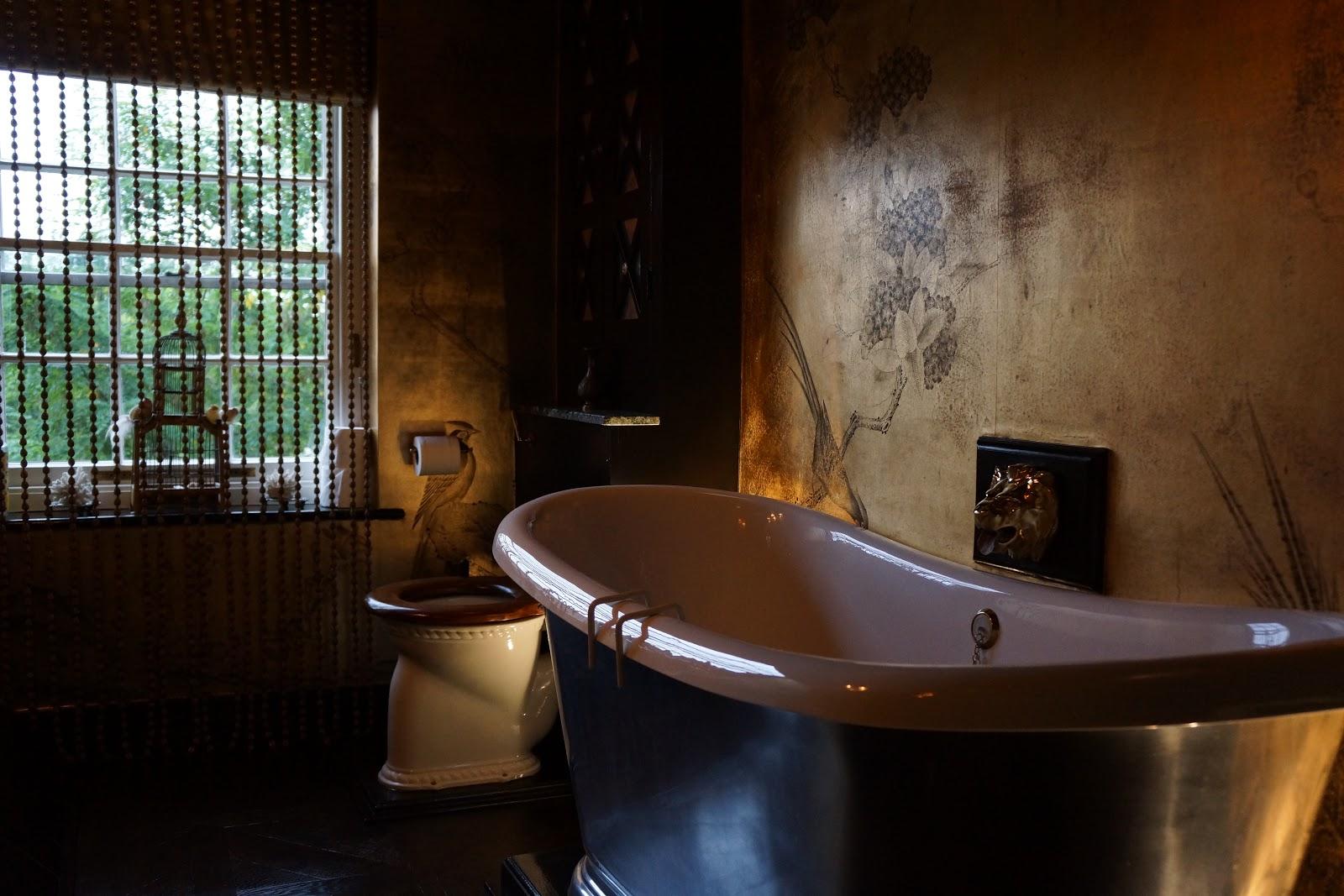 rolltop bathtub at 40 winks hotel