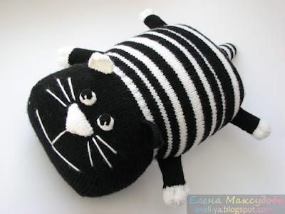Вязаная подушка-игрушка кот Полоскин