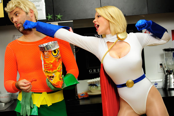 power girl hitting aquaman costume play