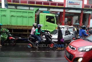 """Supir truk diduga mengantuk dan kehilangan kendali sehingga menabrak grobak dan kendaraan yang berada di depannya,"" ungkap Kanit Laka Lantas Polres Sukabumi Kota, Iptu Panji Setiaji, kepada wartawan."