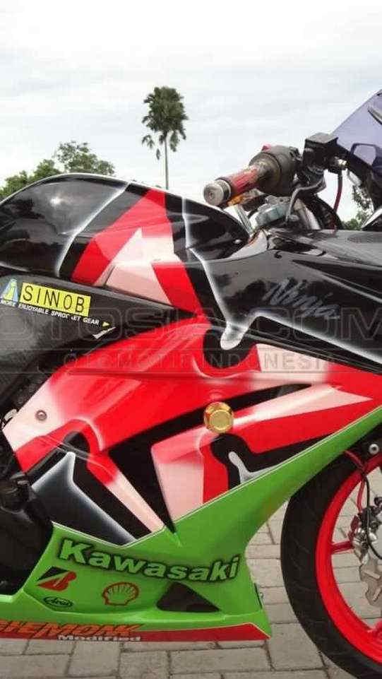 Finishing Body Dengan Fairing Cat Hitam hijau dan Merah - Cara Modifikasi Kawasaki Ninja 250 Karburator Biar Tambah Racing dan Kekar Gaya MotoSport Gede
